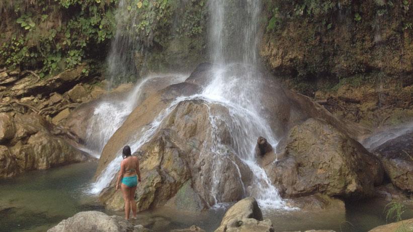 Unterm Wasserfall baden in Soroa, Kuba