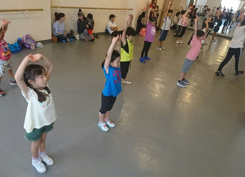 〈3歳からのヒップホップダンス〉日曜 13:30~14:15  講師:AKARI