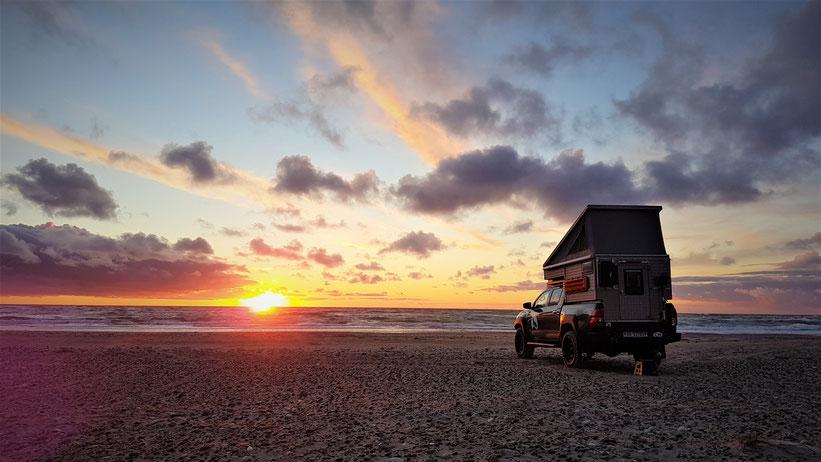 Dänemark Pickup-camper Strand befahrbar Sonnenuntergang Toyota Hilux Arctic Trucks Skandinavien #ProjektBlackwolf wolf78 explore without no limits offroad overland Travel Camping 4x4 AFN4x4 frontrunneroutfitters #BornToRoam Rival4x4 wolf78-overland.ch
