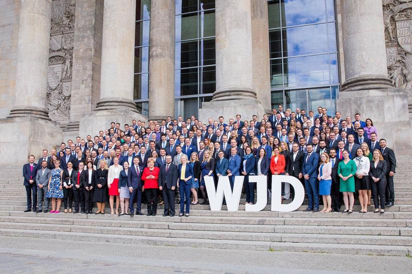 Know-how-Transfer der Wirtschaftsjunioren beim Deutschen Bundestag - Foto mit der Kanzlerin (Quelle: WJD/Jana Legler)