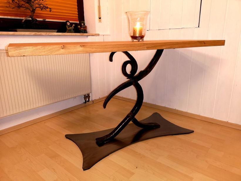 Ein Küchentisch mit einer geölter Wildeichentischplatte und einem geschmiedetem Tänzer als Tischfuß.