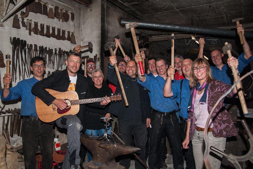 Das Team der Alten Schmiede Öschelbronn gemeinsam auf dem Gruppenfoto mit der Telchinen-Schmiede.