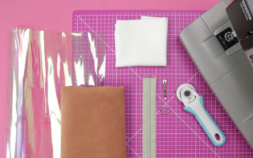 Holo-Tasche nähen aus transparenter holografischer PVC Folie : Kosmetiktasche mit Kunstleder und kostenlosem Schnittmuster. Nähanleitung von DIY Eule