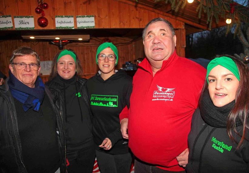 """Adrian Schmitz vom Verein Herzensengel (2. von rechts) freute sich über den Inhalt aus vielen Sparschweinchen des Weihnachtsmarktes von Überlosheim für das Spendenkonto """"Mia Bach""""."""