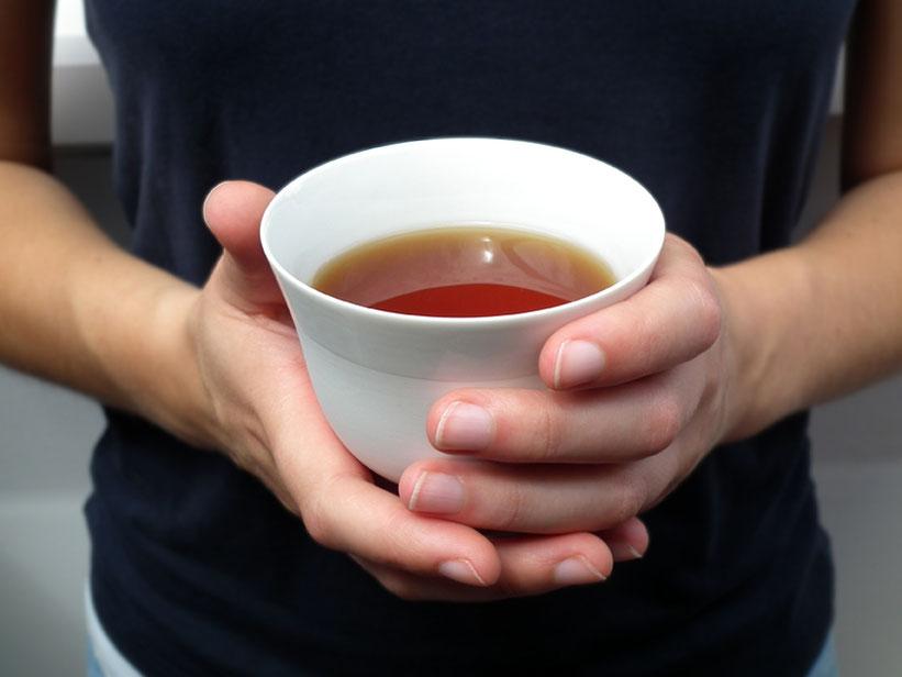 Zarte Teeschale aus Biskuitporzellan