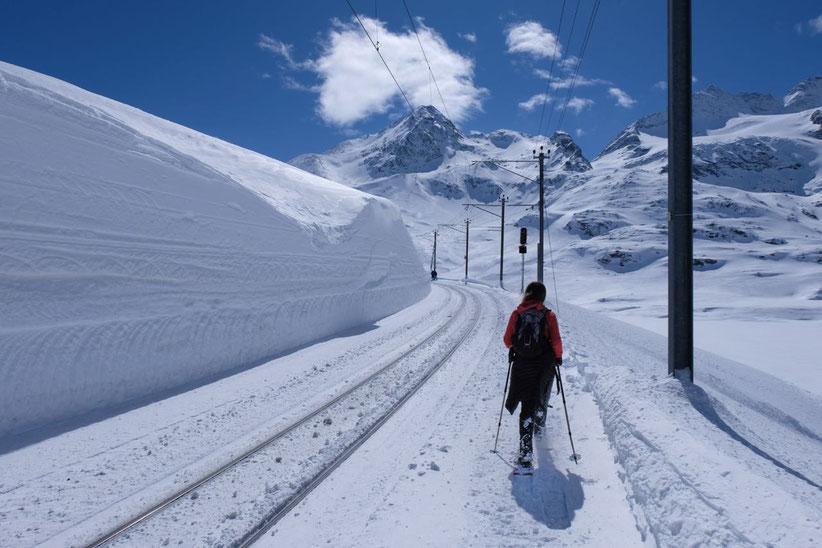 Bahnfahren und Schneeschuhwandern am Bernina Pass St. Moritz Engadin