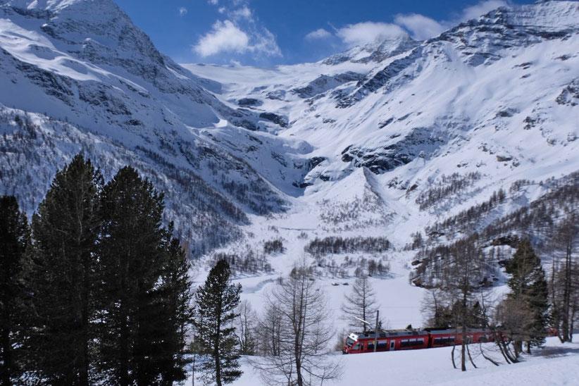 Blick von Alp Grüm auf Gletscherwelt des Piz Palü Rhätische Bahn Bahnstation