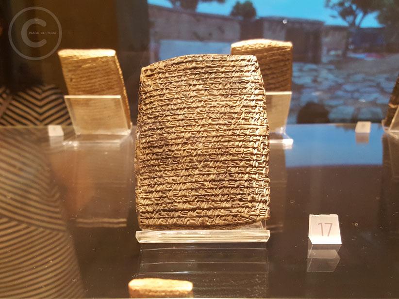 Una delle 23.500 tavolette rinvenute nel sito di Kültepe-Kanesh, II millennio a.C. - Museo delle Civiltà Anatoliche, Ankara