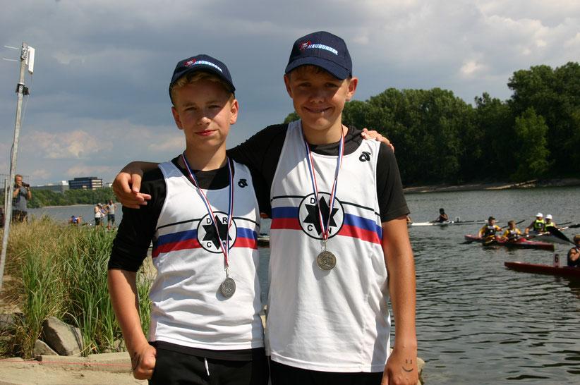 David Müller (links) und Vincent Hoiß erkämpften im K2 der Schüler B Silber und Bronze. (Fotos: Monika Sandner)