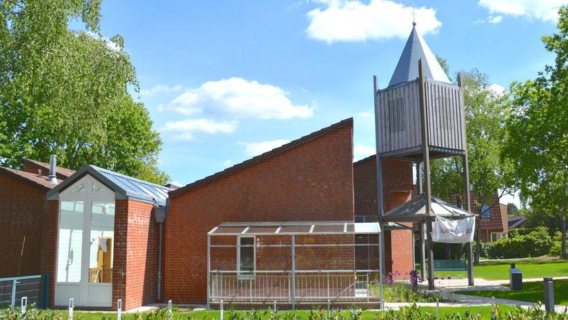 Zu Ostern wird es vor der Martin-Luther-Kirche in Quickborn-Heide auch Präsenz-Gottesdienste geben
