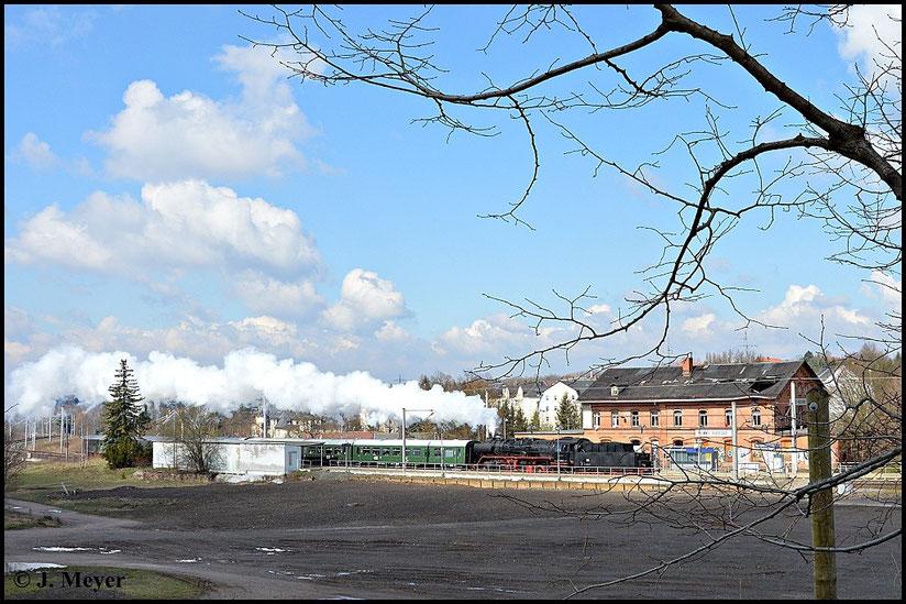 Das alte Bahnhofsgebäude ist noch erhalten. Jedoch steht es seit Jahren ungenutzt an der Strecke