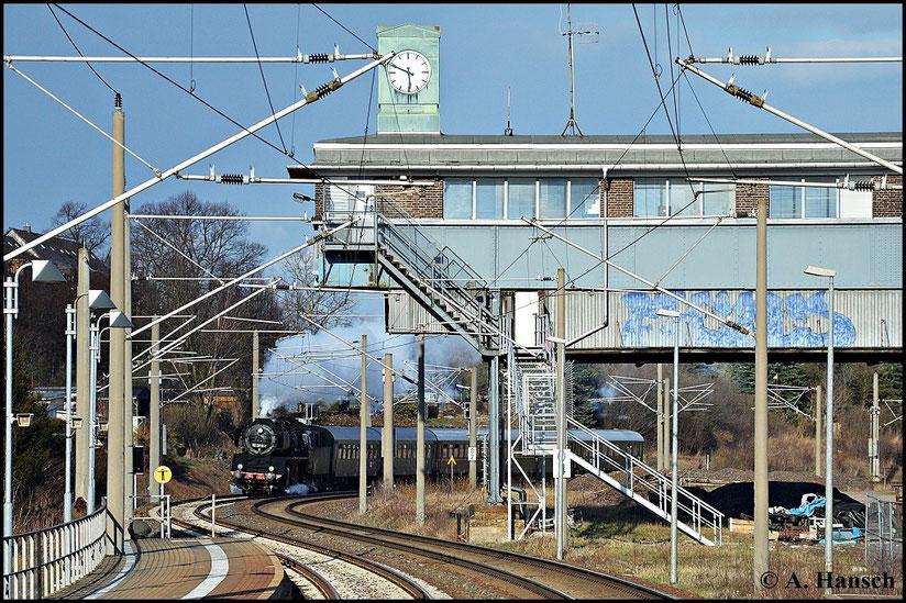 Auch die Rückfahrt erwartete ich in Hilbersdorf. Diesmal nahm ich auf dem Bahnsteig Position auf. Das alte Reiterstellwerk diente als Kulisse