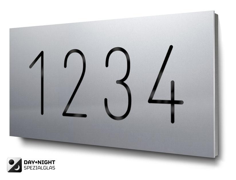 Beispiel für eine vierstellige beleuchtete Hausnummer in Aluminium