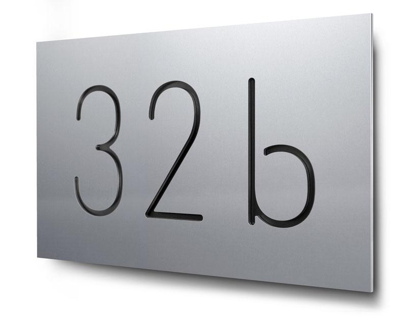 Hausnummer 34a als Konturschnitt in 3 mm Aluminium, schwarz hinterlegt