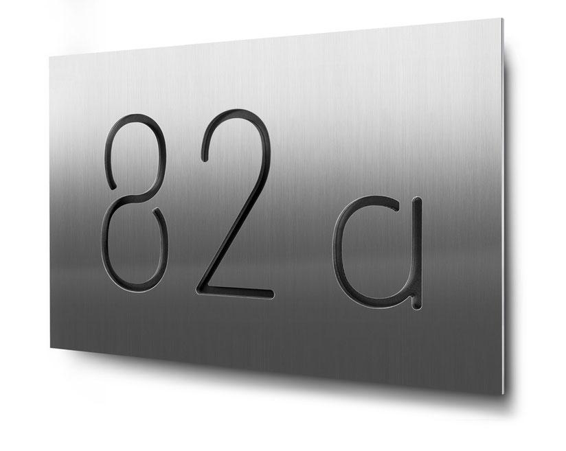 Hausnummer 82a als Konturgchnitt in 3 mm Edelstahl, schwarz hinterlegt