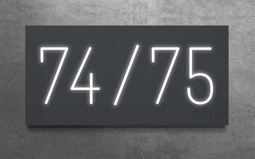 """beleuchtete Doppelhaus-Hausnummer """"74 / 75"""" in eloxiertem Aluminium"""