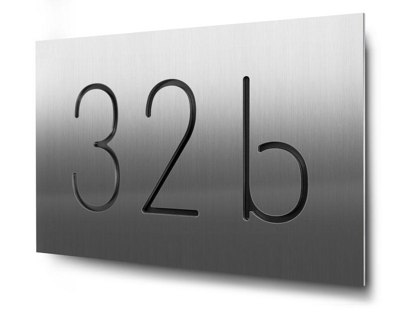 Hausnummer 94b als Konturgchnitt in 3 mm Edelstahl, schwarz hinterlegt