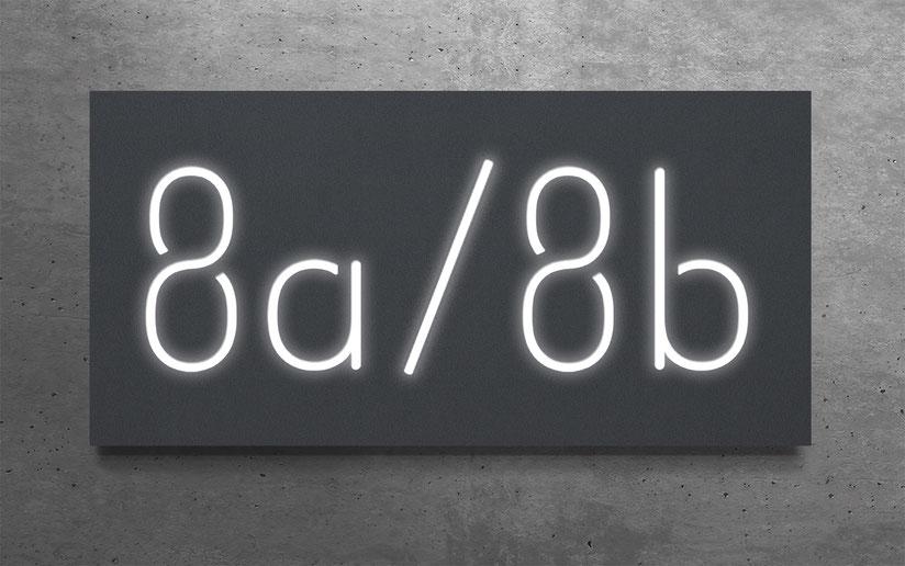 """beleuchtete Doppelhaus-Hausnummer """"8a / 8b"""" in eloxiertem Aluminium"""