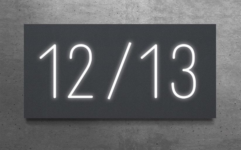 """beleuchtete Doppelhaus-Hausnummer """"12 / 13"""" in eloxiertem Aluminium"""