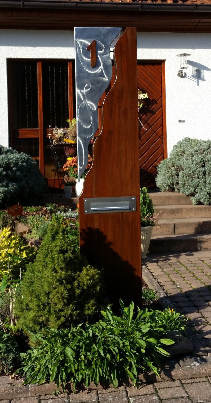 Briefkasten-Säule bestehend aus einer Kombination von Stahl u. Edelstahl.