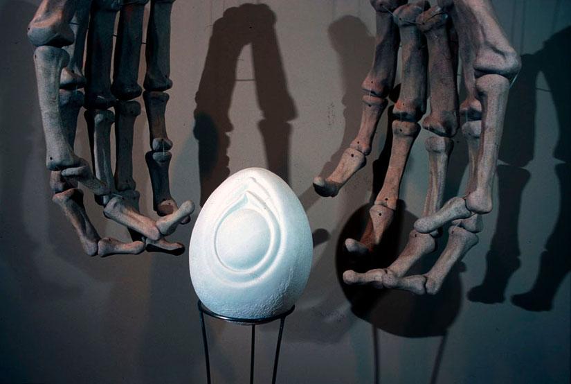 La muerte esperando al último ser humano 2005, mármol, cerámica y acero 305X122X60 cm (detalle)