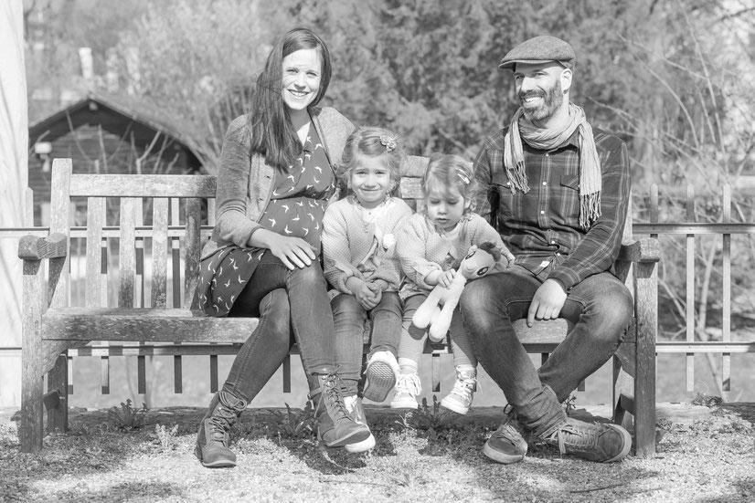 Familie auf einer Parkbank beim Schloss Zwingen