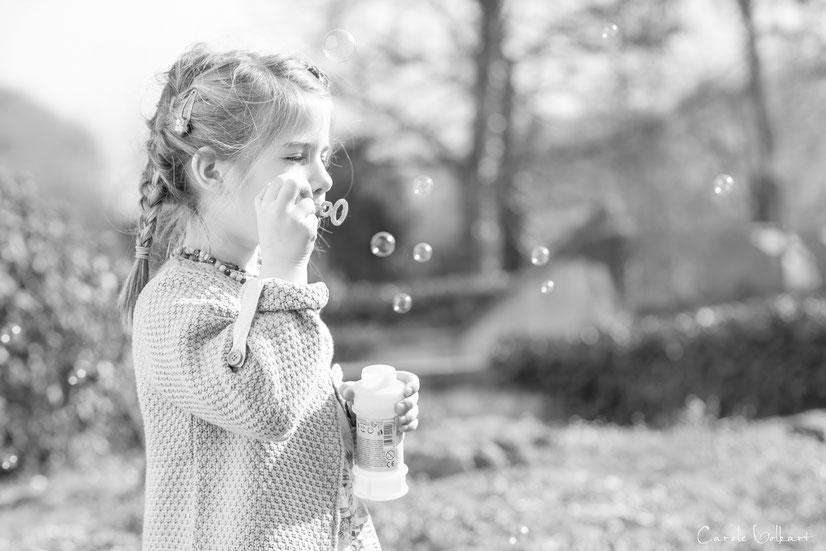 Mädchen beim Seifenblasen pusten, Schloss Zwingen
