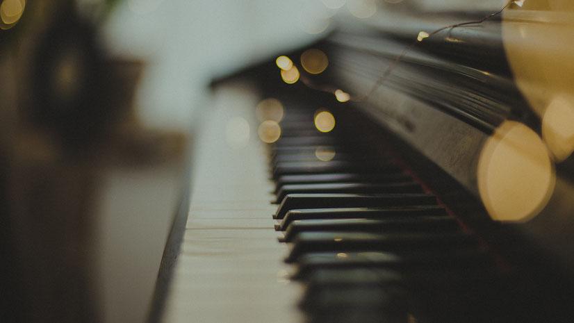 Tasten eines Klaviers. Bild von Ebuen Clemente Jr. auf Unsplash.