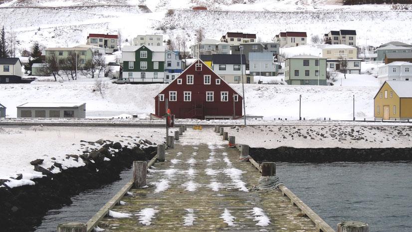 Blick auf das Heringsmuseum in Siglufjörður. Bild von Luciano Braga auf Unsplash.
