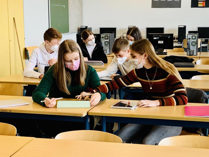 Schülerinnen und Schüler bei der Projektarbeit
