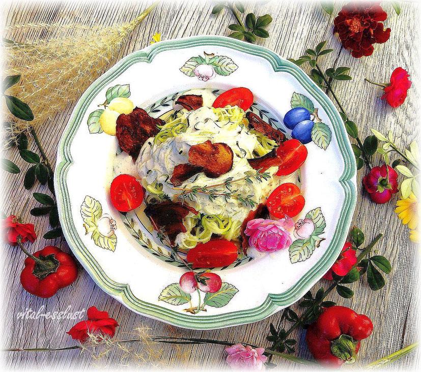 Zucchinispaghetti, Cashew, Tomaten, Auberginen, Rosen