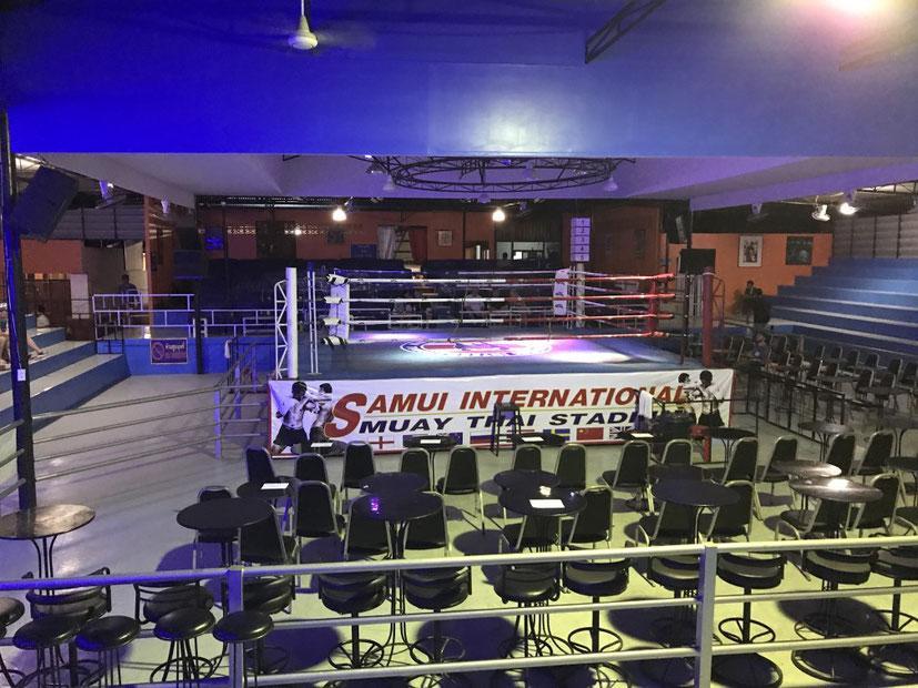 Der Boxring und die noch leeren Stuhlreihen im Samui International Muay Thai Stadium.