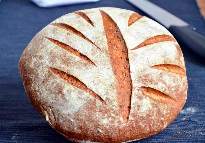 Weizensauerteigbrot mit Leinsamen und einem Teil Dinkelmehl. Ein einfaches Weizensauerteigbrot Rezept mit genialer Kruste.