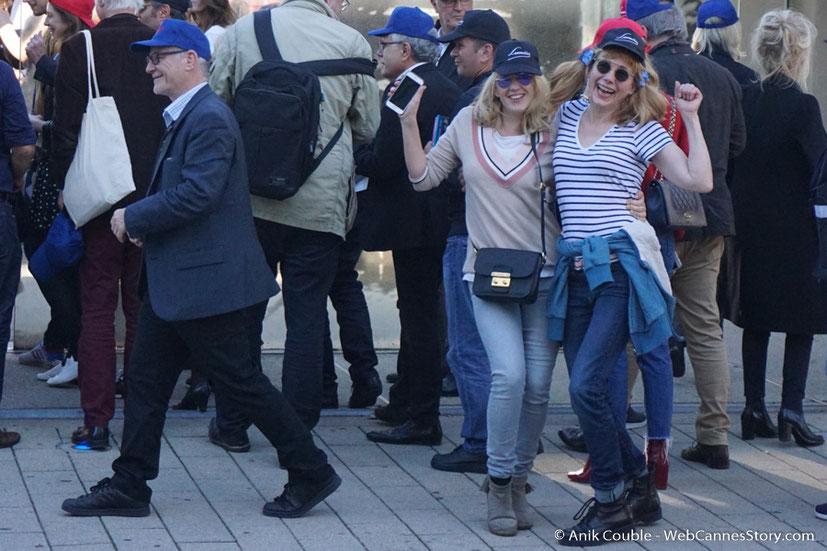 """Ludivine Sagnier, Julie Depardieu et Thierry Frémaux, dirigés par Park Chan-Wook, lors du remake de """" Sortie d' Usine """" - Festival Lumière - Lyon - Octobre 2016 - Photo © Anik Couble"""