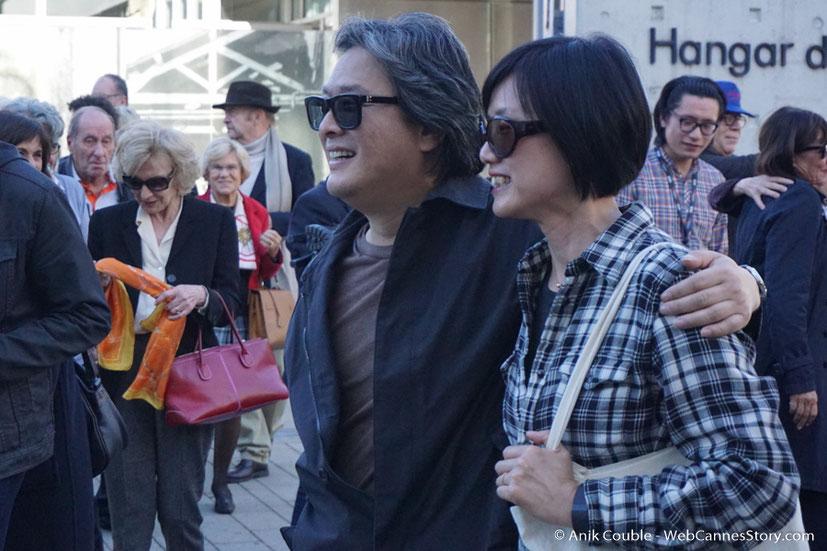 """Park Chan-Woo et son épouse, dirigés par Catherine Deneuve, lors du remake de """" Sortie d' Usine """" - Festival Lumière - Lyon - Octobre 2016 - Photo © Anik Couble"""