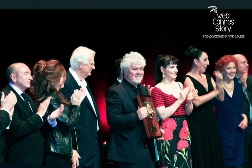 Pedro Almodovar, entouré de Juliette Binoche, Rossy de Palma, Marisa Paredes, Agustin Almodovar, Bertrand Tavernier, Agnès Jaoui et Gérard Collomb - Remise du prix Lumière - Festival Lumière - Lyon -