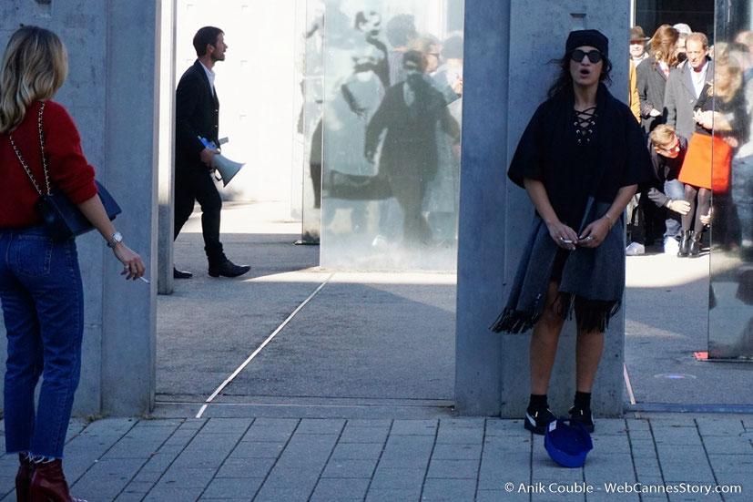 """Camélia Jordana, dirigée par Catherine Deneuve, lors du remake de """" Sortie d' Usine """" - Festival Lumière - Lyon - Octobre 2016 - Photo © Anik Couble"""