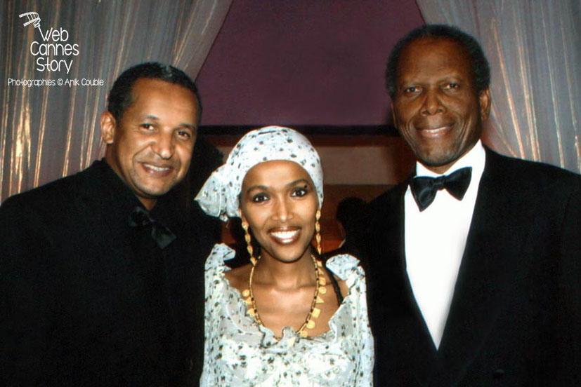 Abderrahmane SISSAKO, sa compagne Maji-da Abdi et Sidney Poitier - Festival de Cannes 2005 © Anik COUBLE