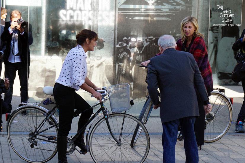 """Emma De Caune et Michèle Laroque, dirigées par Martin Scorsese, lors du remake de """" Sortie d' Usine """" - Festival Lumière - Lyon - Octobre 2015 - Photo © Anik COUBLE"""
