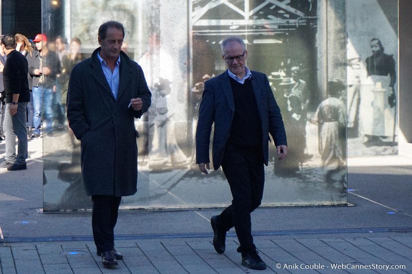 """Vincent Lindon et Thierry Frémaux, dirigés par Catherine Deneuve, lors du remake de """" Sortie d' Usine """" - Festival Lumière - Lyon - Octobre 2016 - Photo © Anik Couble"""