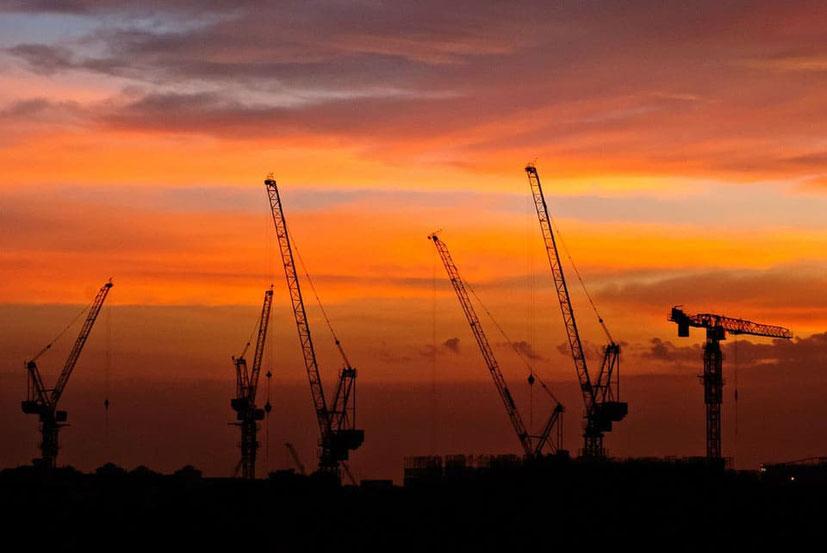 Turmdrehkran  -  Haus Bauen - Hausbau - Qualität - Baustelle - Mehrkosten - Probleme - Muskelhypothek - Eigenleistungen - Bausatz, schlüsselfertig oder bezugsfertig -  Blockhaus selber bauen - günstige Holzhäuser und Blockbohlenhäuser - Erfahrungen - Bau