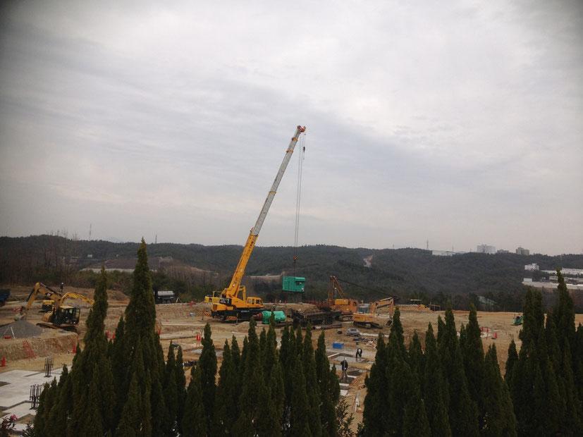 昭和クレーン 50tラフタークレーンが杭打機の解体作業で活躍!