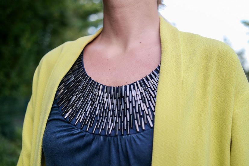 Outfit Herbstsonne | Gelber Staubmantel zum jeansblauen Top