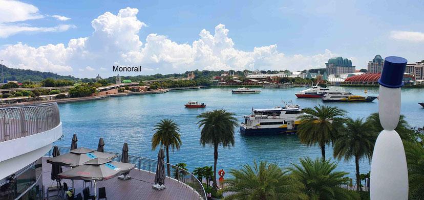 Blick von VivoCity/Harbourfront nach Sentosa - im Hintergrund die grüne Monorail