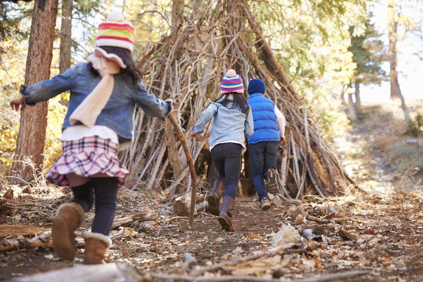 Eine Bude oder Laubhütte zu bauen ist für Kinder ein einzigartiges Erlebnis