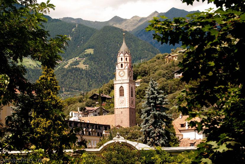 Blick von der Sommerpromenade auf die Pfarrkirche