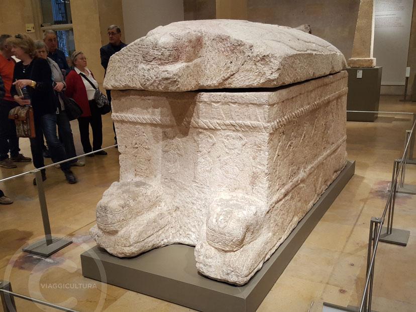 Sarcofago di Ahiram, la più antica testimonianza dell'alfabeto fenicio (X sec. a.C.) - Museo Nazionale di Beirut, Libano