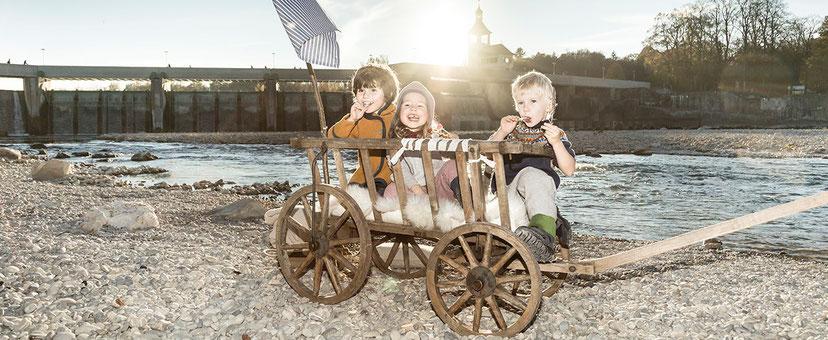 kinder in bunter walkkleidung aus merinowolle, nachhaltig produziert