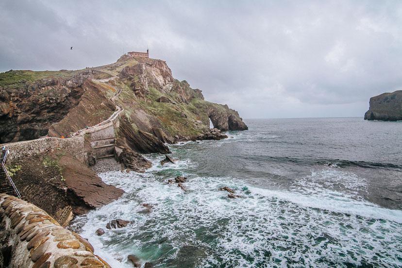 Nordspanien Reisetipp - Ausflug zur Kirche und Insel San Juan de Gaztelugatxe, eine Felseninsel von Biskaya, zwischen den Städten Bakio und Bermeo und Drehort von Game of Throne, Dragonstone. Der ideale Ausflug von San Sebastian und Bilbao.