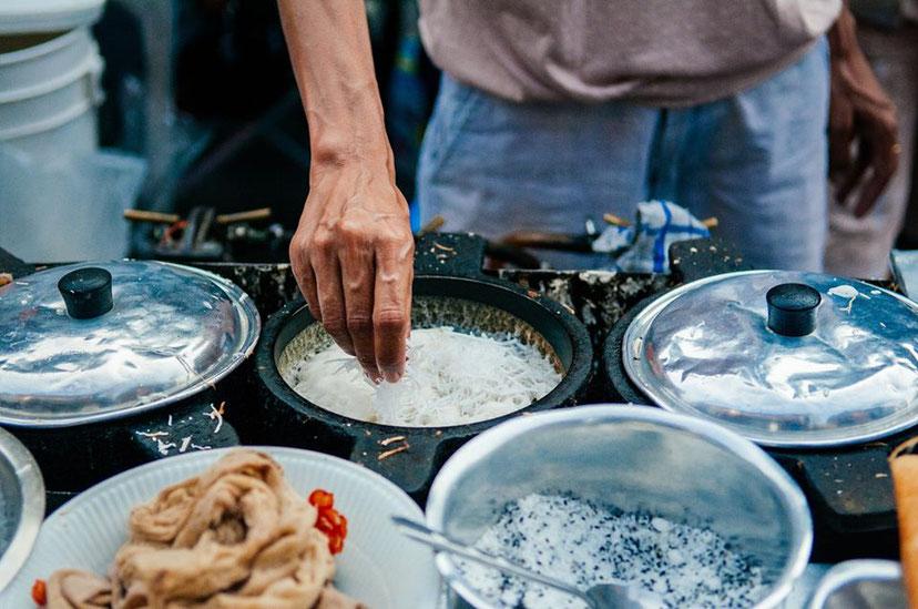Gatvės maisto prekeiviai suaktyvėja vakarais Bankokas